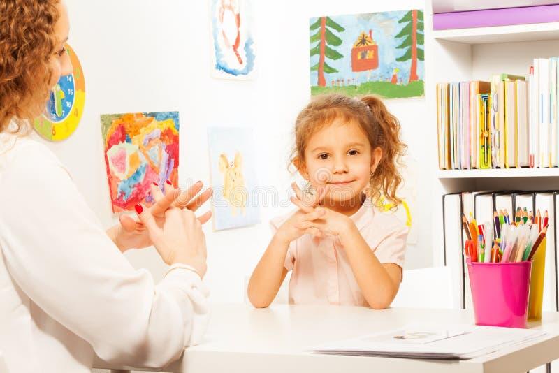 Учитель показывая палец работает к зрачку на таблице стоковые изображения