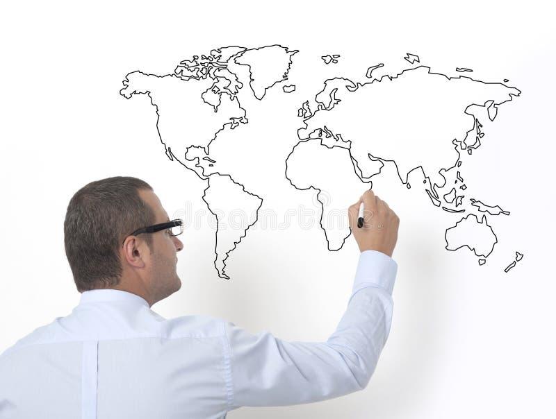 Учитель рисуя карту мира стоковые фото