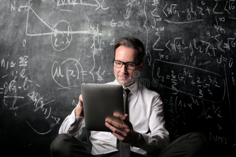 Учитель смотря ipad стоковые фотографии rf