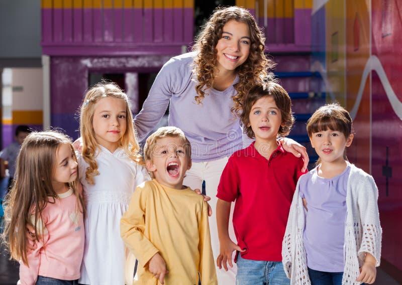 Учитель с группой в составе дети в Preschool стоковая фотография rf