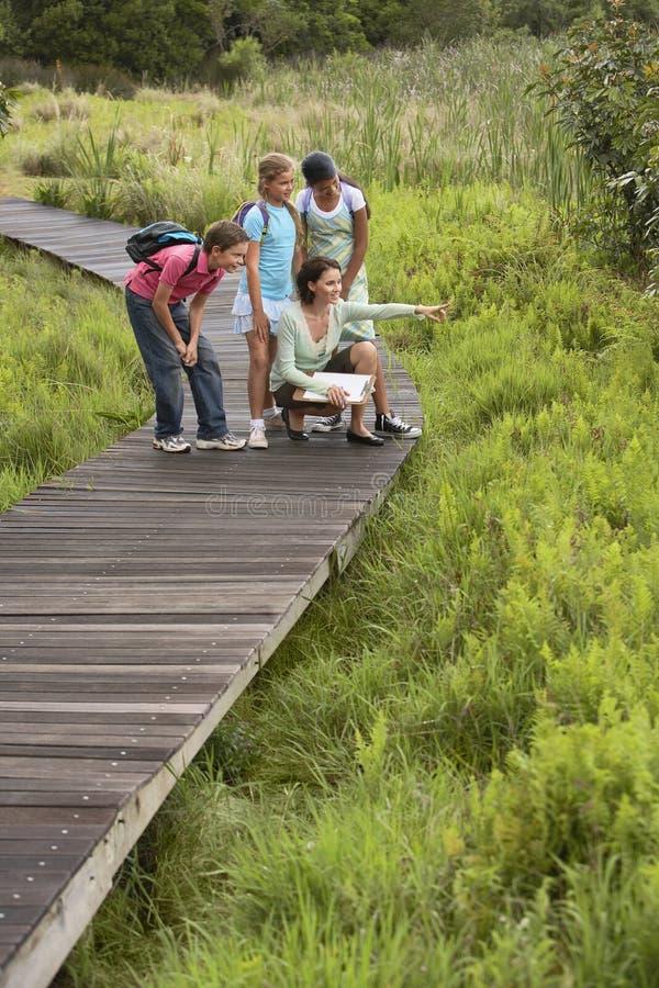 Учитель с детьми на учебной экскурсии стоковая фотография rf