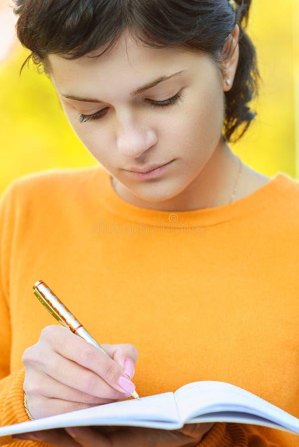 Учитель с ручкой и сочинительств-книгой стоковые изображения rf