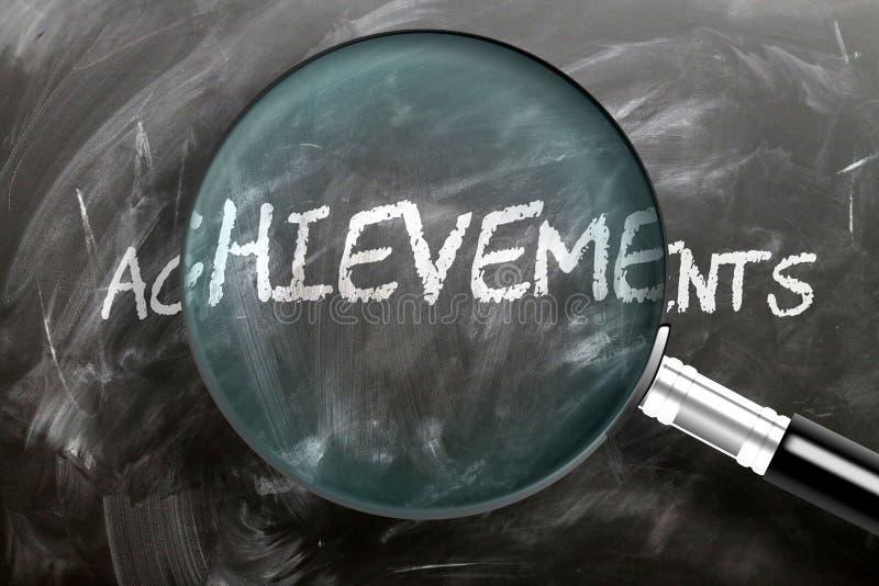 Учиться, изучать и осматривать достижения - изображенное как увеличительное стекло, увеличивающее словосочетание, символизирующее стоковые фотографии rf