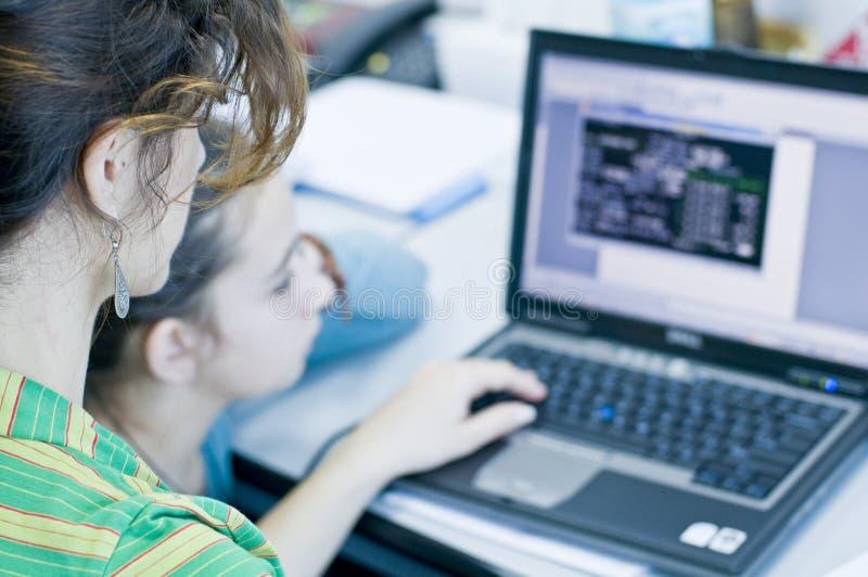 учить девушки компьютеров предназначенный для подростков стоковые изображения