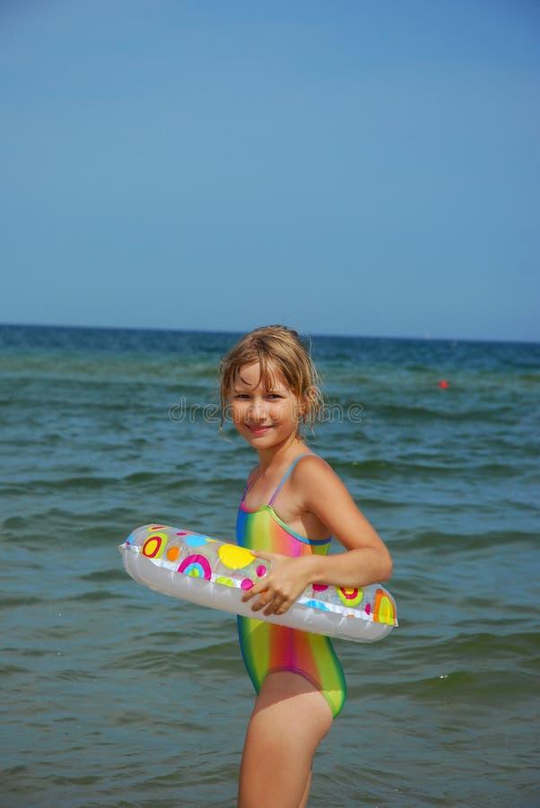 учить заплывание моря стоковое фото