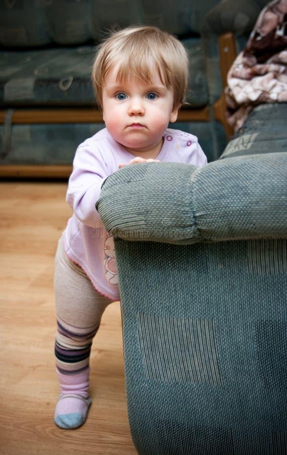 учить к прогулке малыша стоковое изображение rf