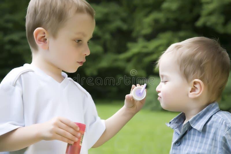 учить малыша брата стоковые фотографии rf