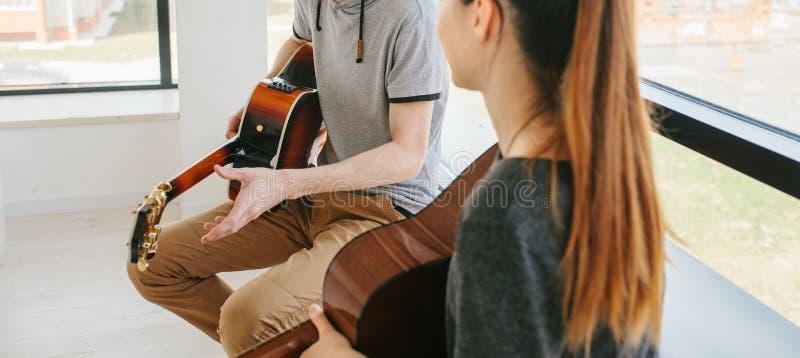 Учить сыграть гитару стоковая фотография rf