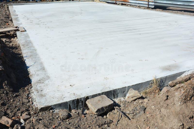 учреждение Плит-на-степени на строительной площадке дома Монолитовые плиты системы учреждения построенные как один одиночный бето стоковая фотография