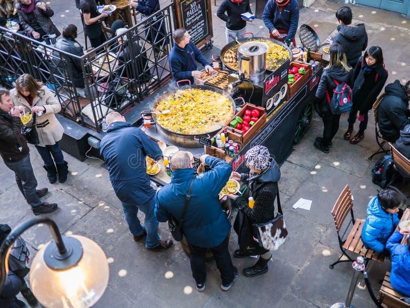 Ушаты паэлья на Ковент Гардене, окруженном обедающими, как увидено сверху, Лондон, Великобритания стоковая фотография rf