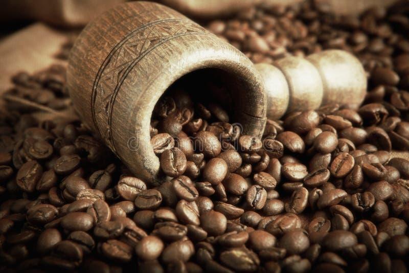 Ушат с кофейными зернами стоковые изображения rf