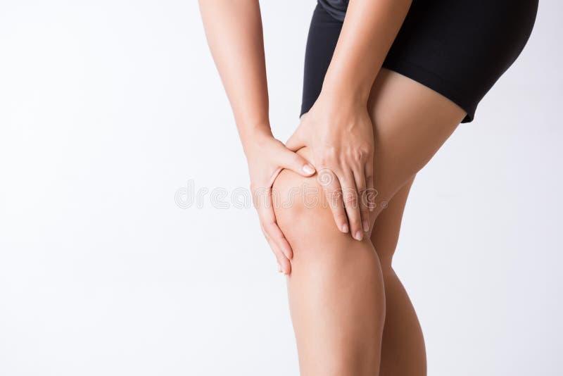 Ушиб колена спорта бегуна Молодая женщина крупного плана в боли колена пока бегущ Здравоохранение и медицинская концепция стоковые фотографии rf
