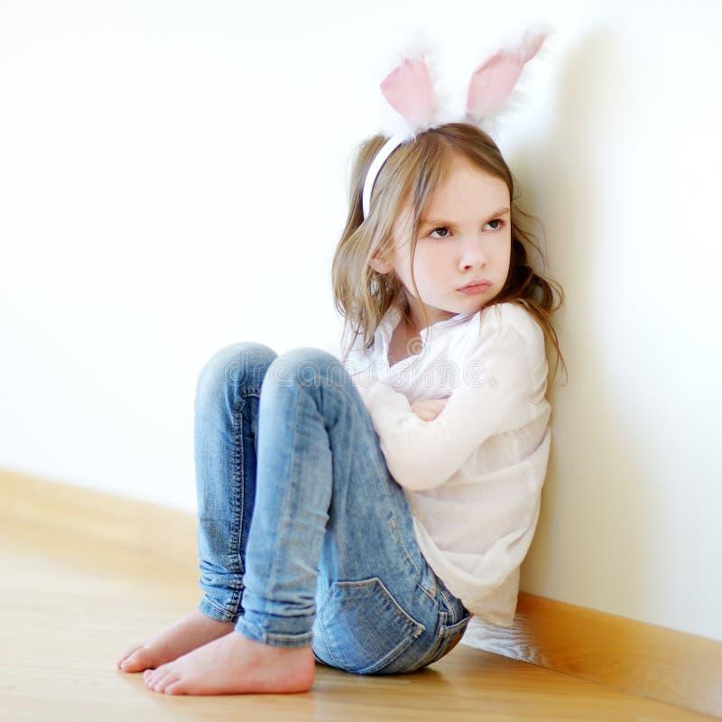 Уши зайчика сердитой маленькой девочки нося стоковое изображение