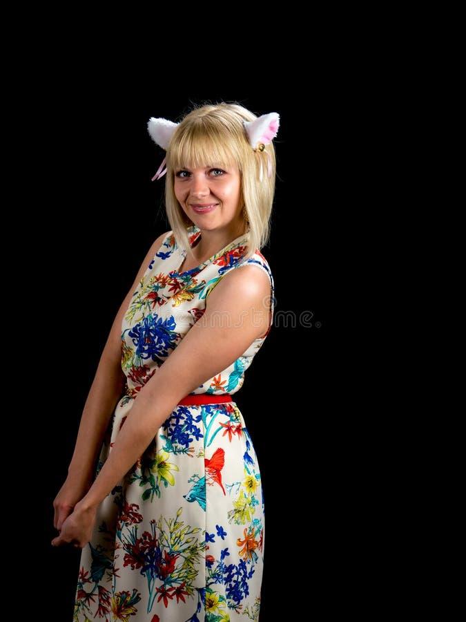 уши кота предпосылки изолировали белую женщину На черной предпосылке стоковое изображение rf