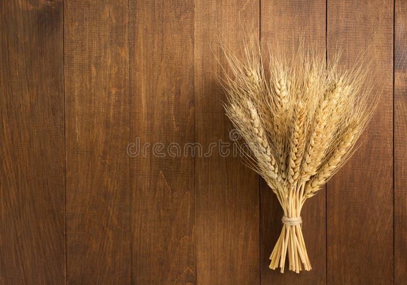 Уши пшеницы на древесине стоковое изображение
