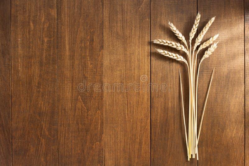 Уши пшеницы на древесине стоковое фото