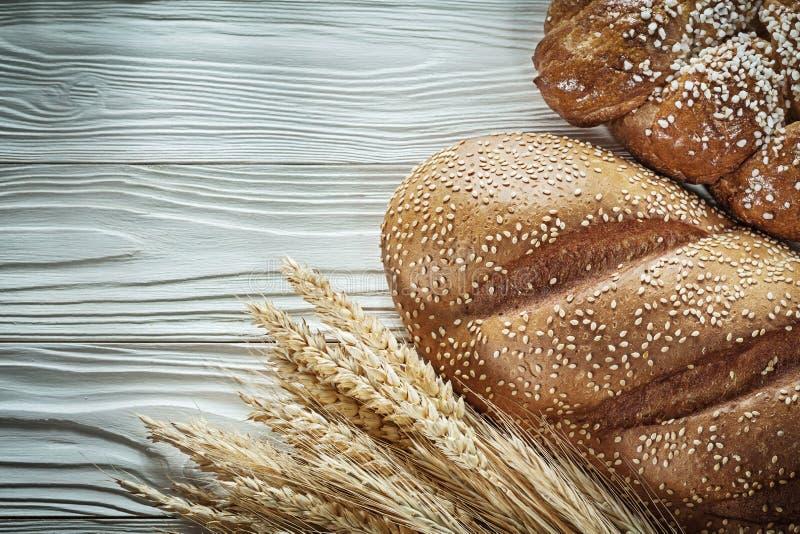 Уши пшеницы хлеба золотые на белой доске стоковые изображения rf