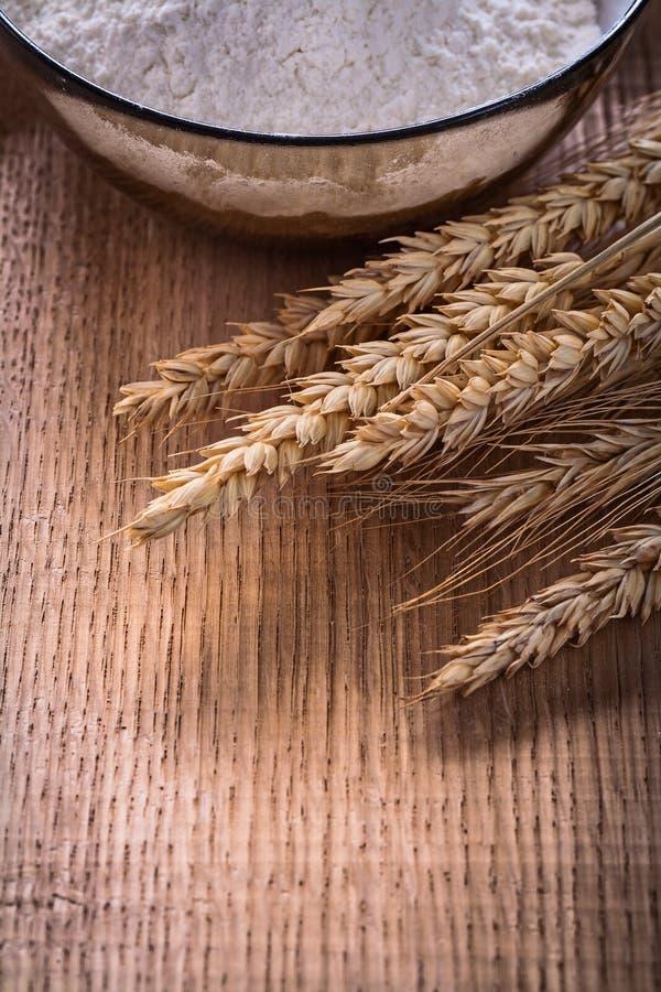 Уши шара пшеницы с мукой на еде деревянной доски стоковое изображение rf