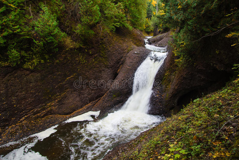 Ущелье падает в национальный лес Ottwawa стоковая фотография rf