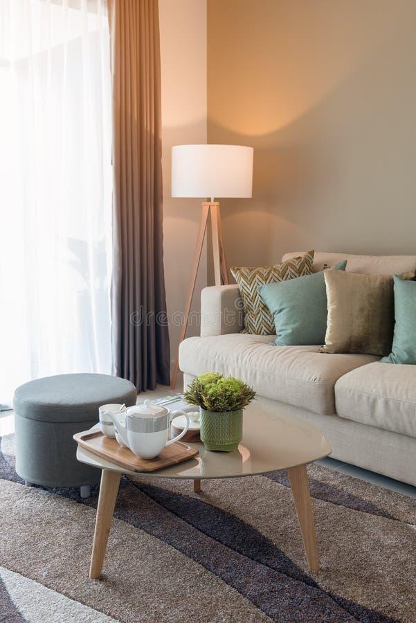 уютная живущая комната с комплектом чашки чая стоковые изображения rf