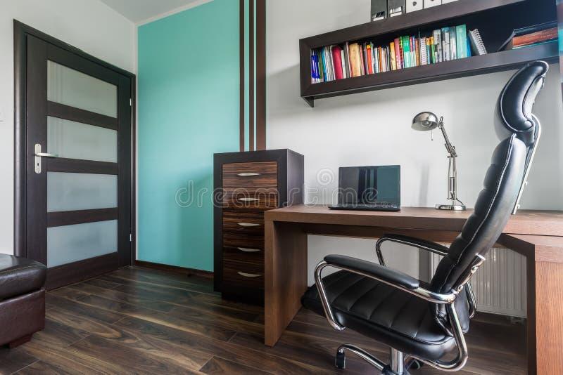 Уютная комната к надомному труду стоковое фото rf