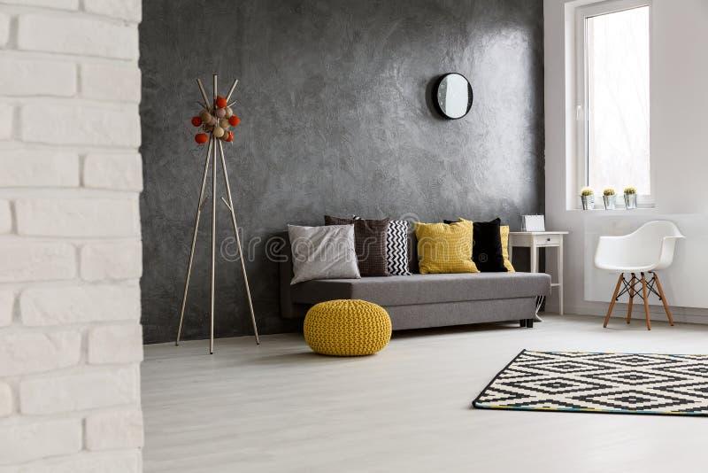 Уютная просторная живущая комната стоковое фото