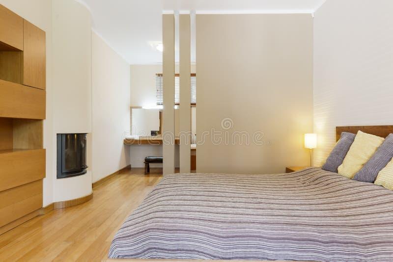 Уютная спальня хозяев с камином стоковое изображение