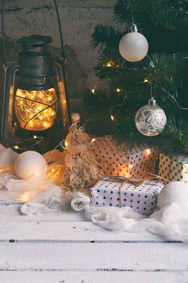 Уютное изображение рождества с подарками, украшениями дерева xmas, игрушкой на деревянной предпосылке Новый Год рождества Торжест стоковая фотография rf
