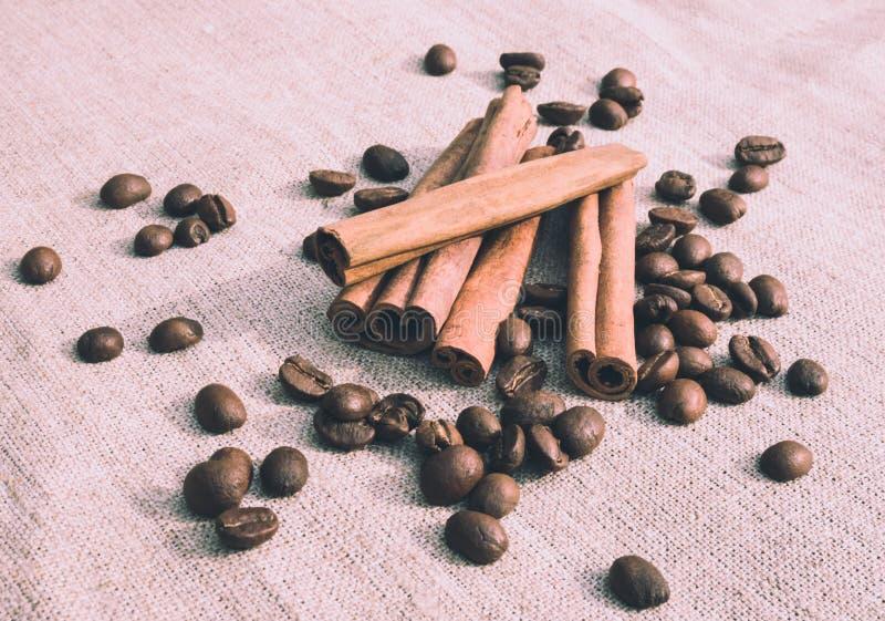 Уютное кафе Душистые ручки циннамона и кофейные зерна стоковое изображение