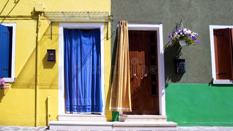 Уютные желтые и серые жилые дома в Burano, дружелюбном районе стоковое изображение