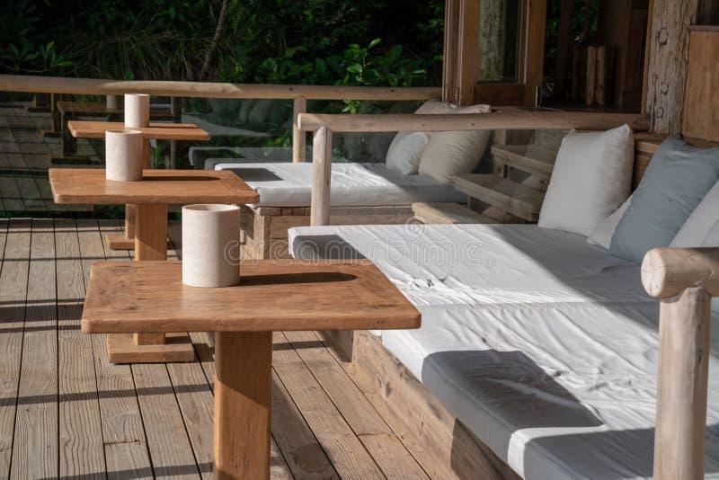 Уютные кровать и таблица палубы Азии современные применяются с современным стилем который забота об удобной и винтажной эко-социа стоковые фотографии rf