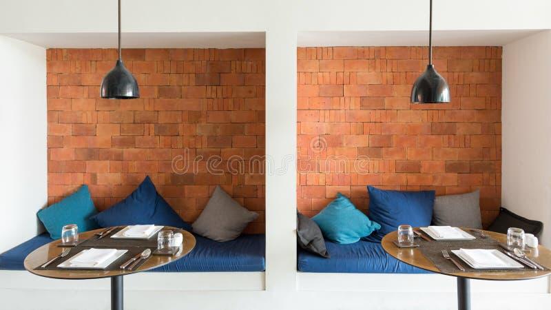 Уютные обеденные столы стоковые изображения rf