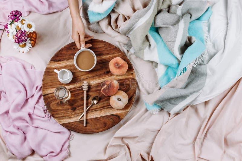 Уютные осень или зима flatlay деревянного подноса с чашкой кофе, персиками, сливочником с молоком завода стоковые фотографии rf
