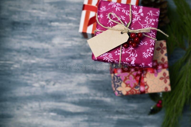 Уютные подарки рождества обернутые в славных бумагах стоковые фото