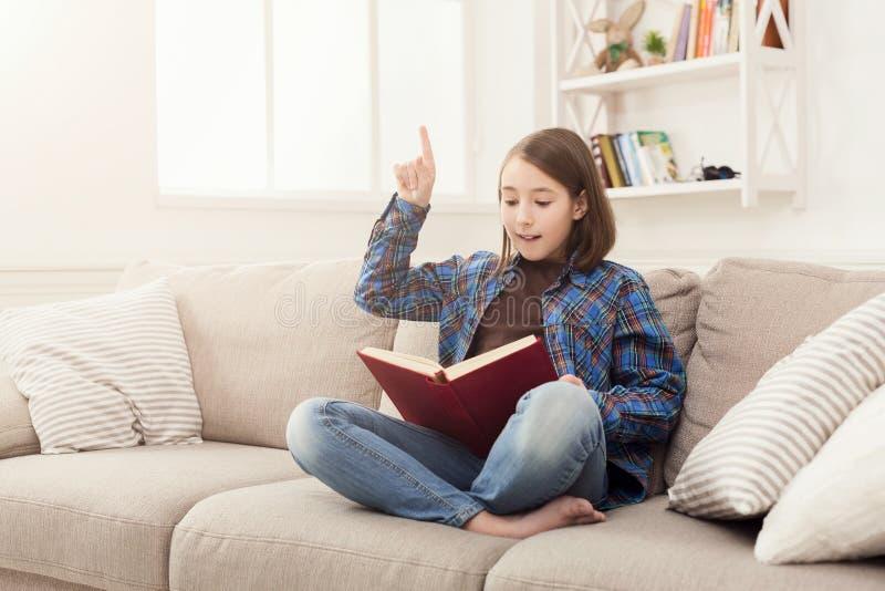 уютный дом Молодая заботливая девушка с книгой стоковые фото