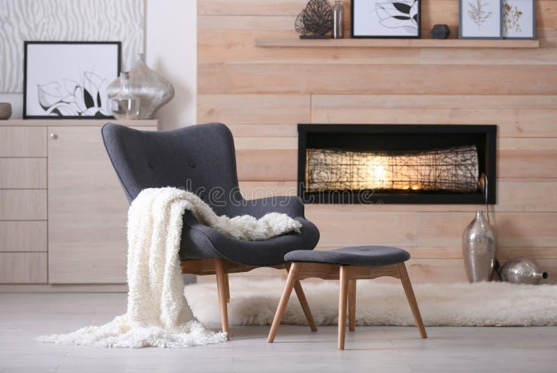 Уютный интерьер живущей комнаты с удобной мебелью стоковое фото