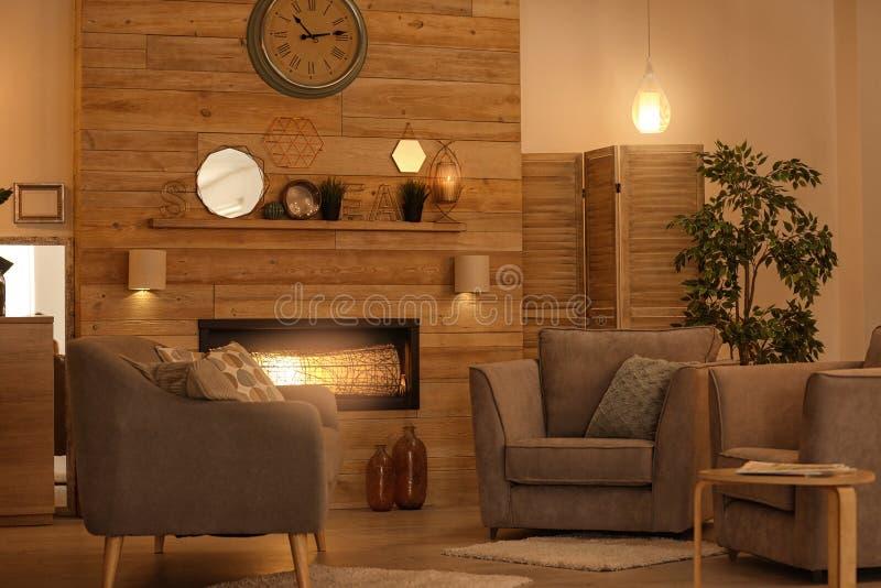 Уютный интерьер живущей комнаты с удобной мебелью стоковая фотография