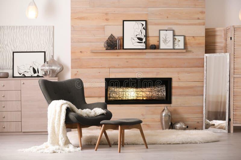 Уютный интерьер живущей комнаты с удобным furnitur стоковая фотография