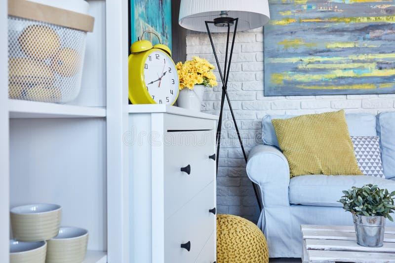Уютный интерьер живущей комнаты стоковое изображение