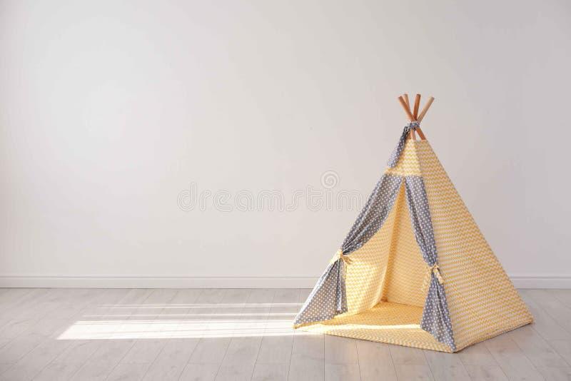 Уютный шатер игры для детей как элемент интерьера питомника стоковые фото
