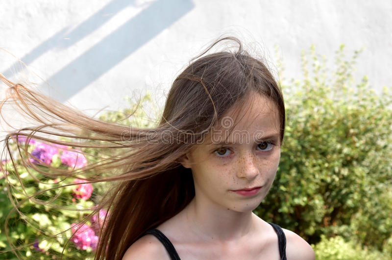 дуя волосы девушки стоковое фото