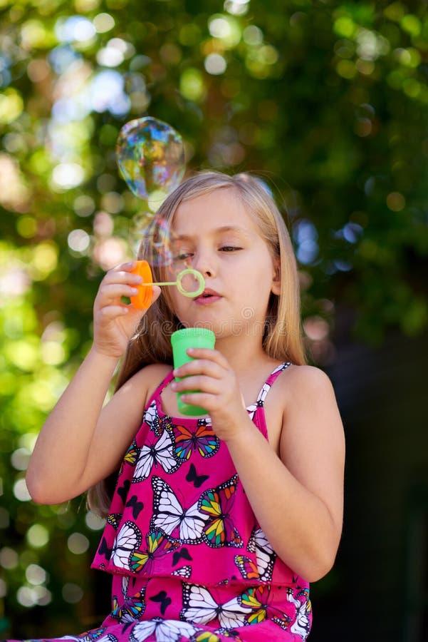 дуя девушка пузырей немного стоковые фотографии rf