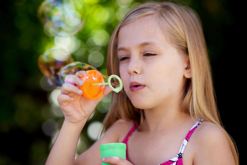 дуя девушка пузырей немного стоковая фотография