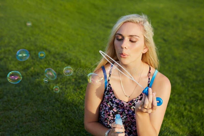 дуя женщина пузырей стоковая фотография rf