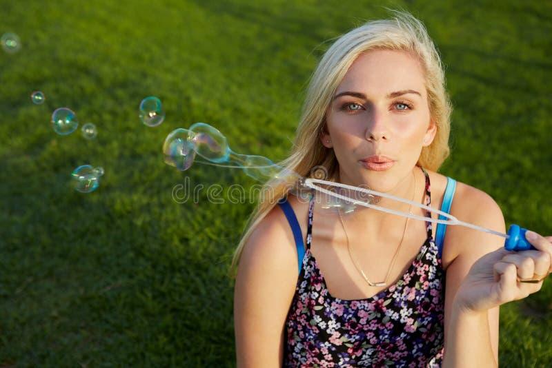 дуя женщина пузырей стоковое изображение