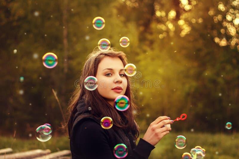 дуя мыло девушки пузырей молодое стоковые изображения rf