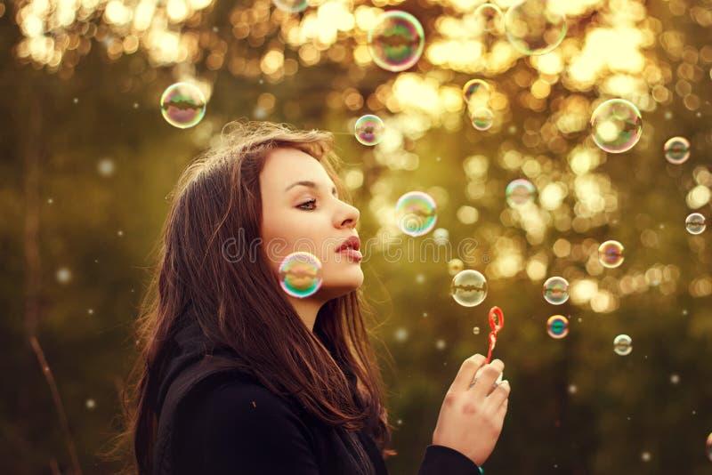 дуя мыло девушки пузырей молодое стоковая фотография rf