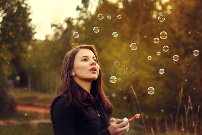 дуя мыло девушки пузырей молодое стоковая фотография