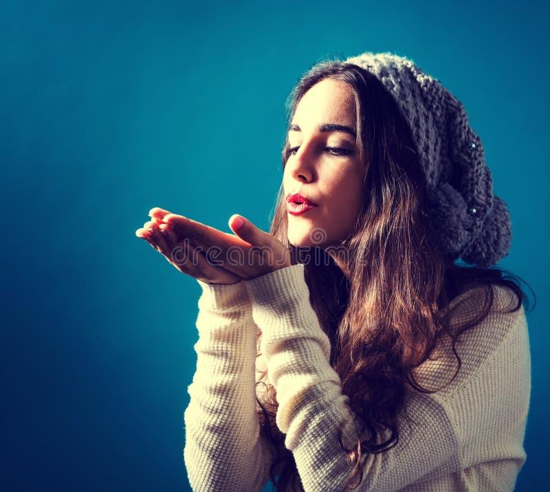 дуя счастливая женщина поцелуя молодая стоковые изображения
