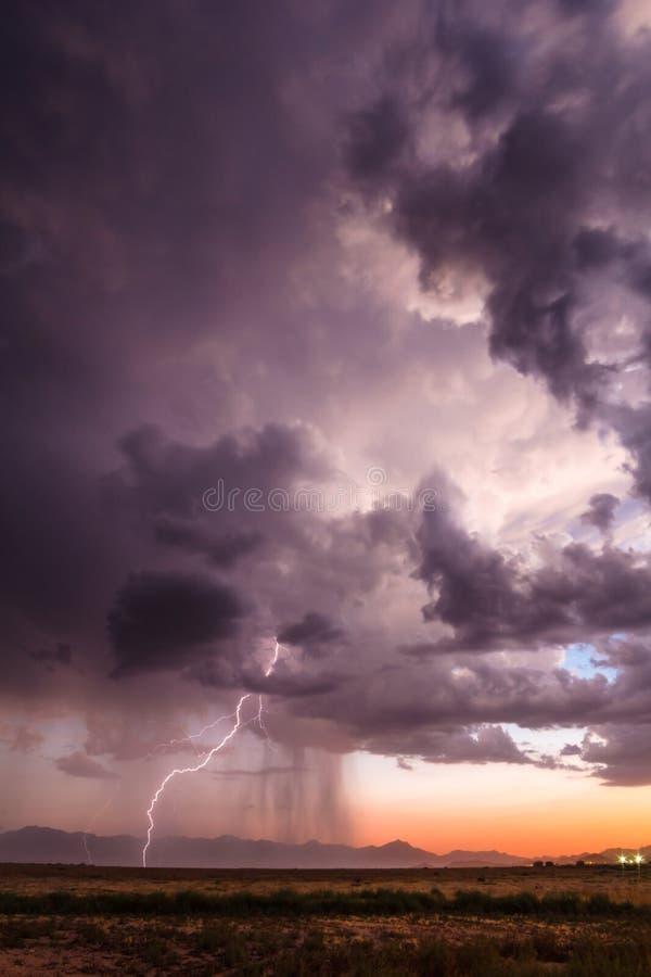 Удары молнии от грозы лета стоковое изображение rf